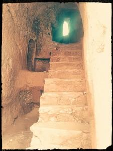 Un escalier traversant la roche
